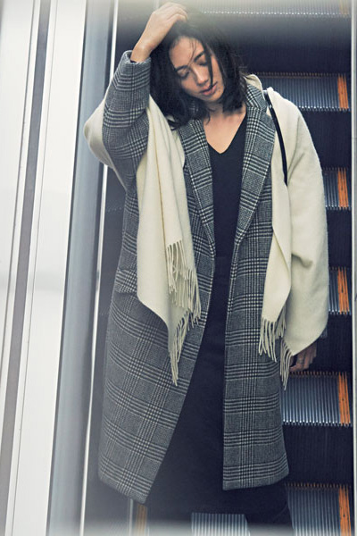 黒Vネックセーター✕チェック柄コート