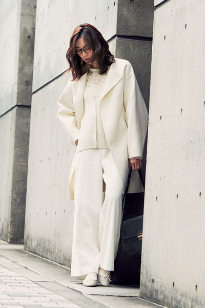 白レースブラウス×白カーディガン×白パンツ×白コート