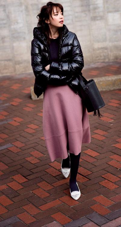 ピンクスカート×黒ダウンジャケット