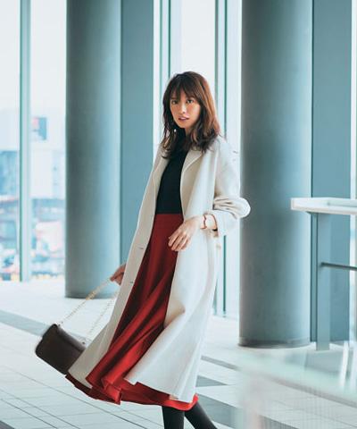 赤フレアロングスカート×白チェスターコート