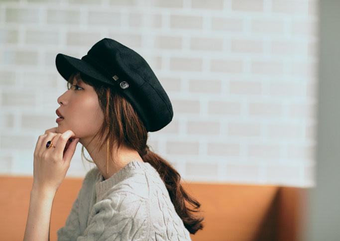 黒キャスケット帽×ベージュニット