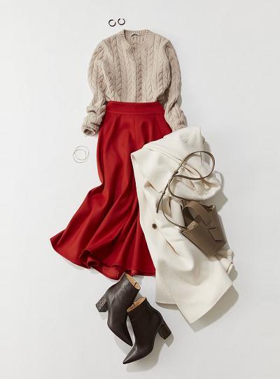 ベージュセーター×赤フレアスカート