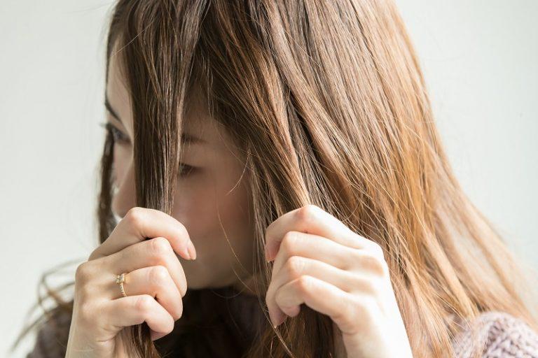 2|量が多いほうの前髪とトップの髪を合わせて、二つに分ける