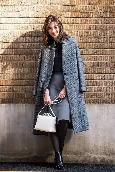 ロングスタンドカラーコート×黒ブラウス×グレーブルーフレアスカート