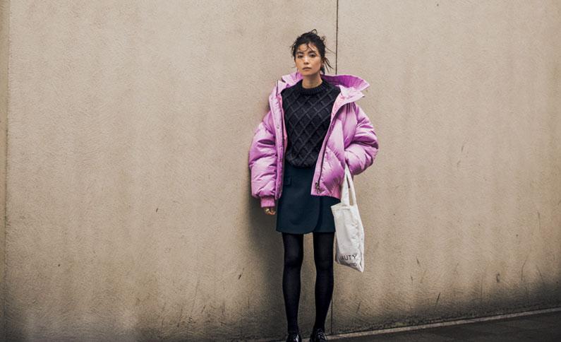 きれい色ダウンジャケット×黒ニット×ネイビーミニスカート