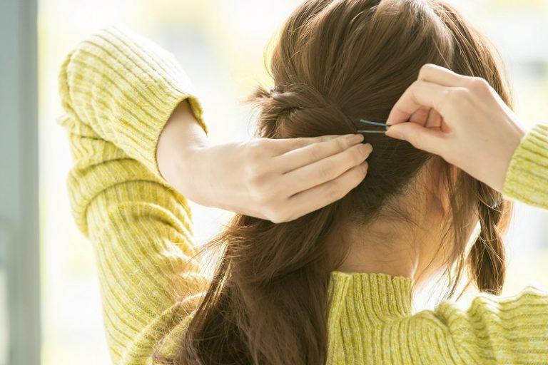 3|左の《ロープ編み》を後ろで結んだ髪に巻きつけてピンで留める。