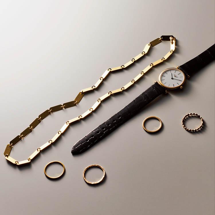赤のカットソー×デニムのカジュアルな着こなしには、主役のゴールドネックレスで大人っぽさを。カジュアルな着こなしにこそ、クラシカルな時計のきちんと感が大事になってきます。
