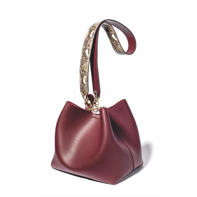ショルダーバッグ おすすめ×スタイルデリのパイソン柄ストラップのバッグ