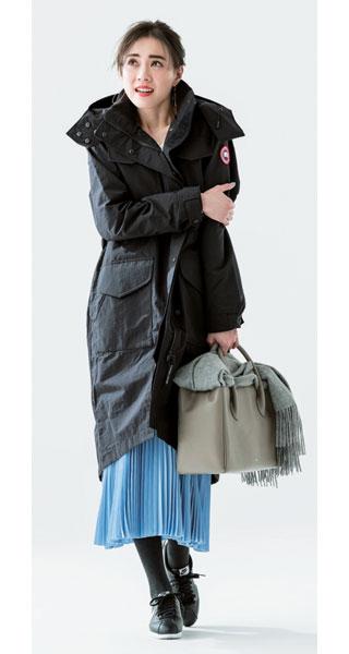 黒ダウンジャケット×水色スカート