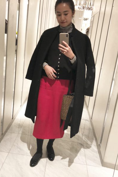 赤ロングスカート×黒トップス×黒コート