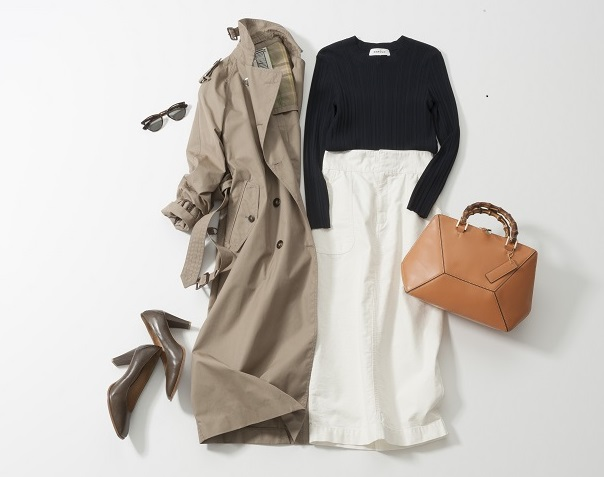 トレンチコート×黒トップス×白スカート
