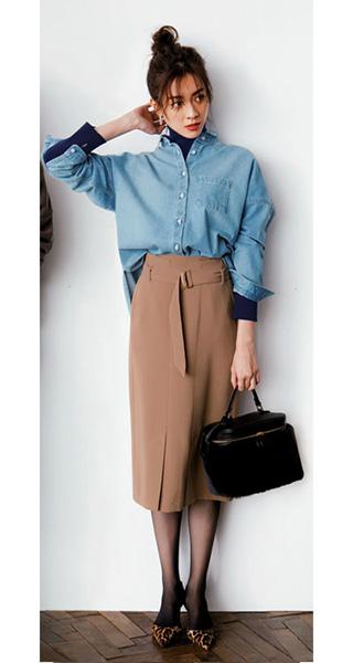 水色シャツ×茶色タイトスカートコーデ