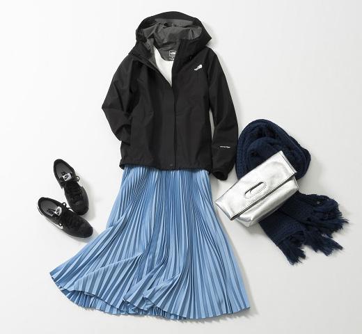 黒ウィンドブレーカー×白カットソー×ブループリーツスカート