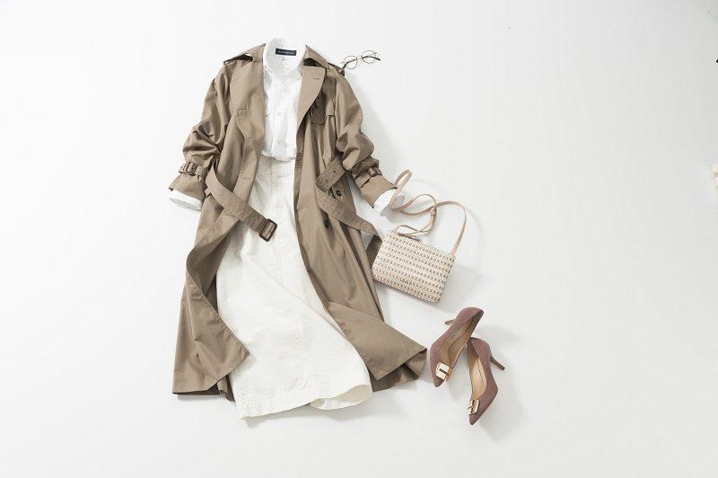 白スカート×白トップス×トレンチコート