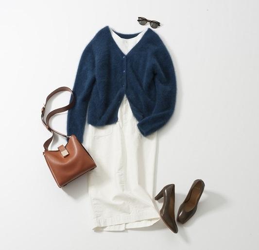 ネイビーセーター×白ワンピース