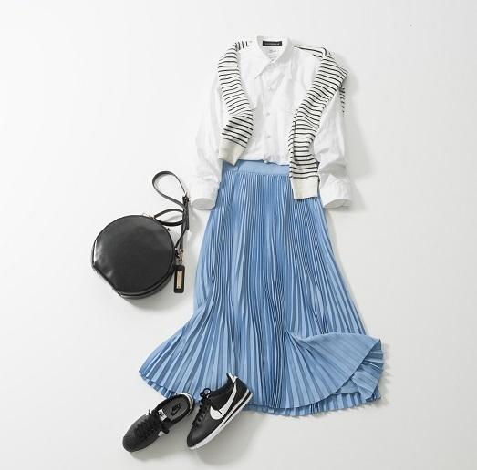 白シャツ×ブループリーツスカート×スニーカー