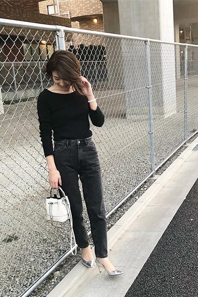 黒デニムパンツ×黒トップス