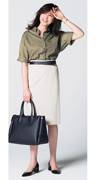 カーキシャツ×ベージュスカート