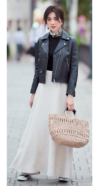 黒スニーカー×白マキシスカート×黒ライダースジャケット