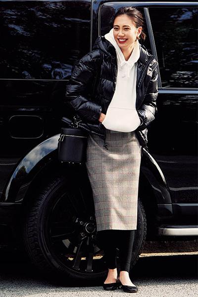 白パーカー【ユニクロ】×ダウンジャケット×チェックタイトスカート