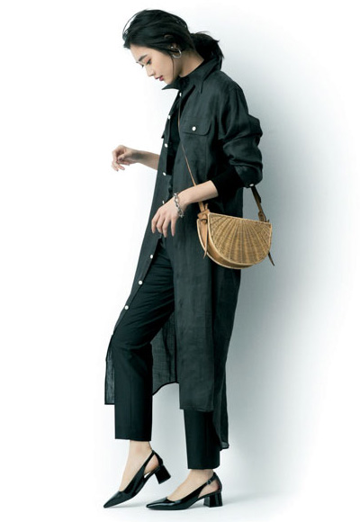 茶色ショルダーかごバッグ×黒ワンピース×黒パンツ