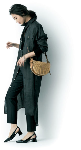 黒パンプス×黒パンツ×黒シャツ