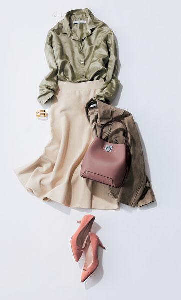 カーキシャツ×白スカート×茶色ジャケット