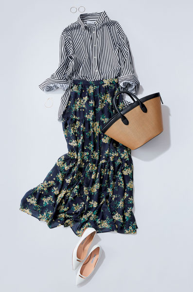 花柄スカート×柄シャツ×白パンプスコーデ