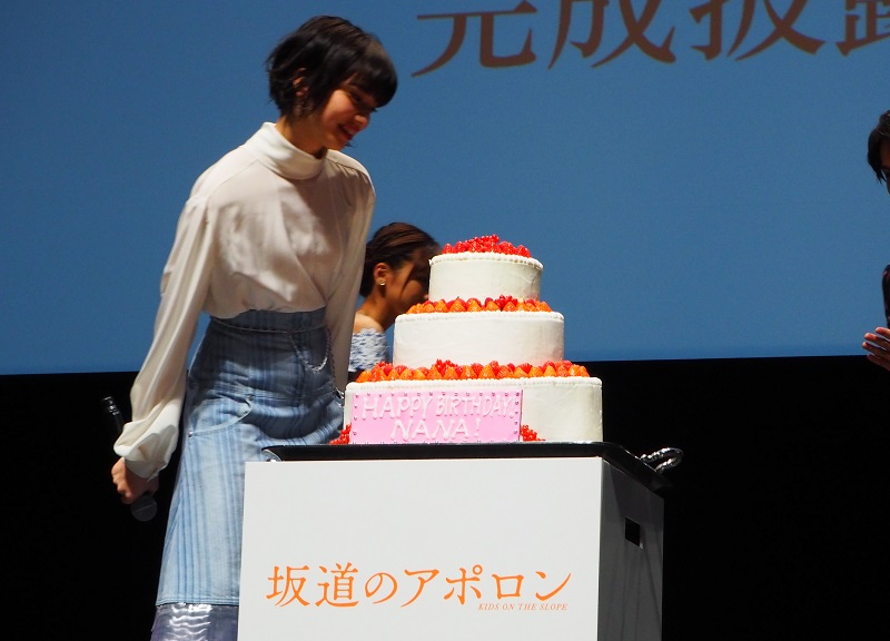 「HAPPY BIRTHDAY NANA!」と書かれたケーキ