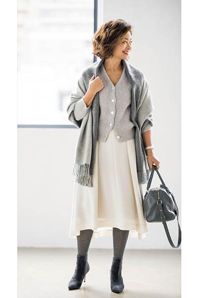 マルティニーク×グレーニット×白フレアスカートの淡色コーデ