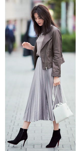 グレーロングスカート×黒ショートブーツ