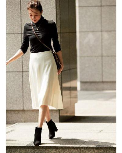 白フレアスカート×黒タートルニットコーデ