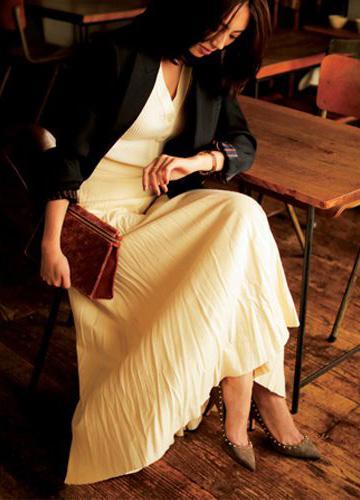 白ロングスカート×ブラウンパンプス