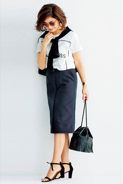黒タイトスカート×白ロゴTシャツ