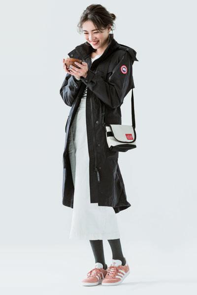 黒ブルゾン×白スカート×ピンクスニーカー