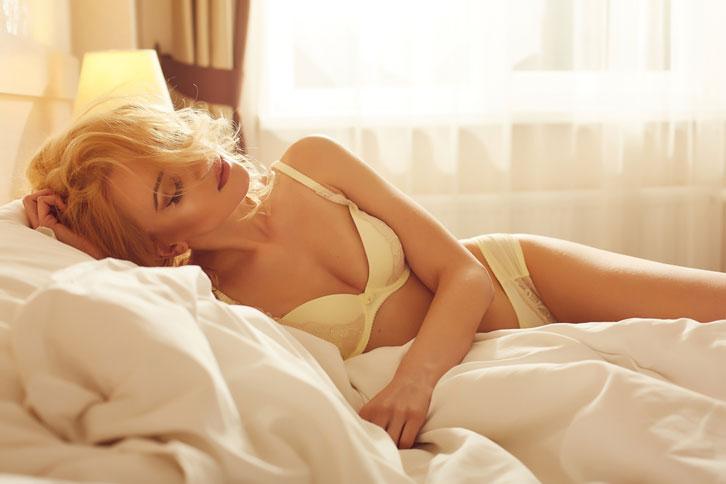 女性 下着 ベッド