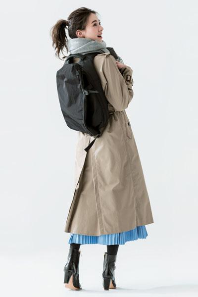 【2】黒バックパック×ベージュトレンチコート×ブループリーツスカート