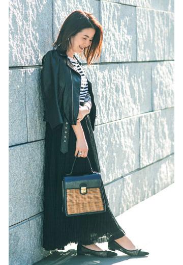 黒パンプス×黒マキシスカート