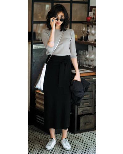 黒ロングスカート×グレーカットソー