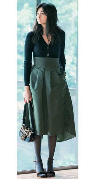 黒ニットカーディガン×カーキスカート