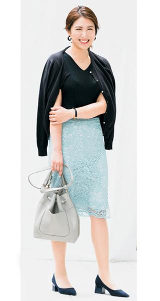 黒カーディガン×黒トップス×水色スカート