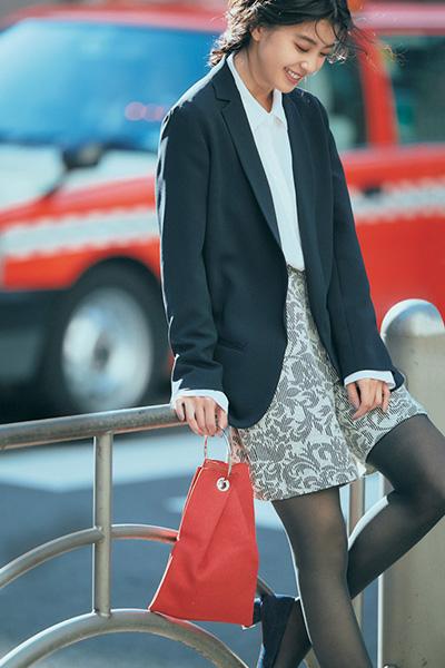 黒ジャケット×白シャツ×ショートパンツ