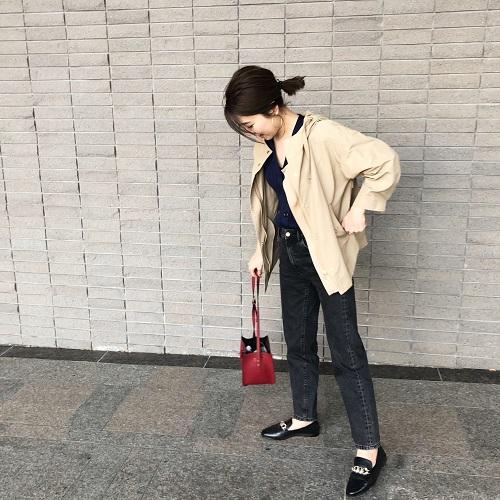 【1】黒パンツ×マウンテンパーカーコーデ