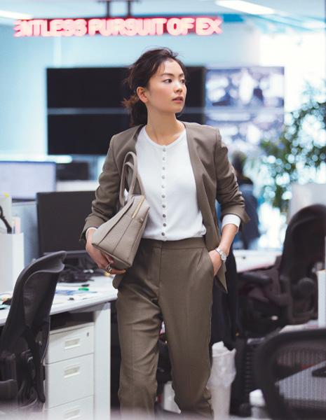 【6】パンツスーツ×シルバーボタンの白カーディガン