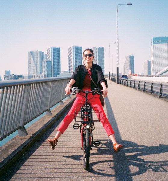 黒ブルゾン×赤パンツ