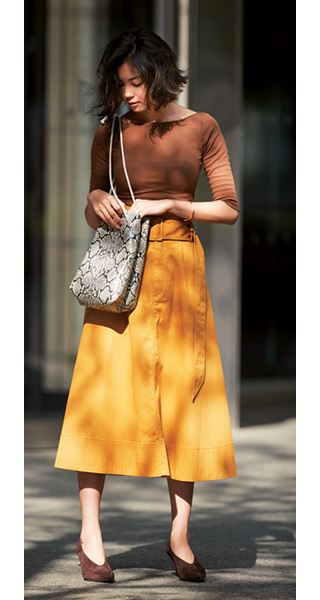 黄色スカート×ブラウントップス