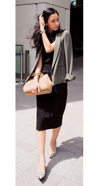黒ロングスカート×黒ジャケット