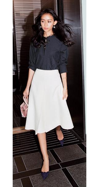 黒ブラウス×白フレアスカート