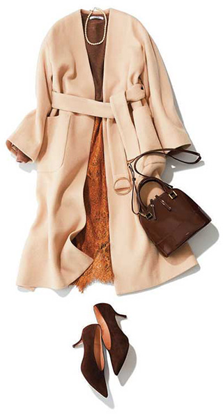 ブラウンのニット×レースタイト×淡色コートコーデ