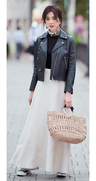 黒セーター×黒ブルゾン×白スカート